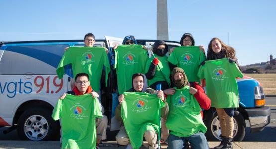 Etudiants et membres du personnel de l'Académie Adventiste Atholton de la Fédération Chesapeake à Columbia, dans le Maryland, se sont joints à d'autres auditeurs de WGTS 91.9 dans l'intention de nettoyer le Mémorial de la Seconde Guerre mondiale à Washington, DC.