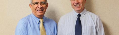Eduardo Muñoz, tesorero de la Conferencia de Chesapeake, y Richard Minty, tesorero asociado, muestran un cheque de CURF.
