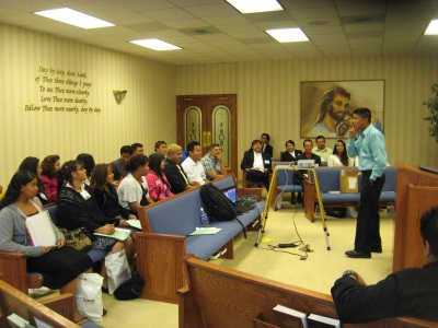 """Walter Cardenas, Youth Ministries director for the Mountain View Conference, helps to present """"Ministerio Juvenil en el Siglo 21"""" (21st Century Youth Ministry)."""